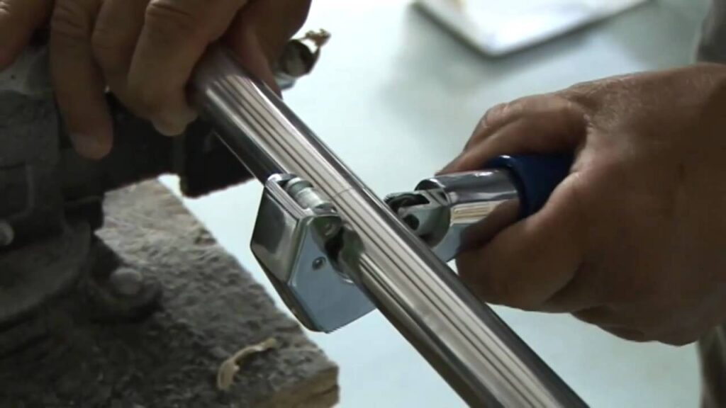 How can you cut a Metal Curtain Pole?